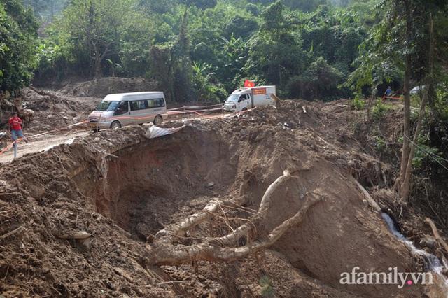 Đoàn cứu trợ đầu tiên băng sạt lở tiếp cận bà con Vân Kiều ở Quảng Nam: Ấm tình người nơi biên ải - Ảnh 2.