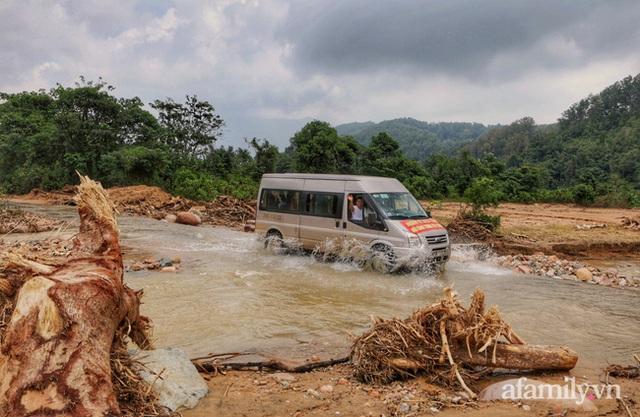 Đoàn cứu trợ đầu tiên băng sạt lở tiếp cận bà con Vân Kiều ở Quảng Nam: Ấm tình người nơi biên ải - Ảnh 3.