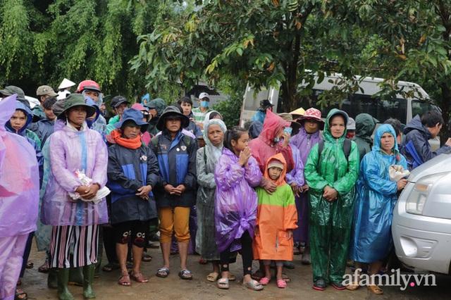 Đoàn cứu trợ đầu tiên băng sạt lở tiếp cận bà con Vân Kiều ở Quảng Nam: Ấm tình người nơi biên ải - Ảnh 4.