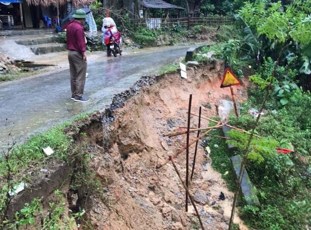 Đồi núi lở, đất đá tràn xuống 'uy hiếp' hàng trăm hộ dân miền núi Nghệ An - Ảnh 6.