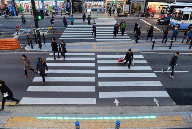 Đoạn vỉa hè rực sáng này là cách người Hàn Quốc chống lại đại dịch Zombie thời hiện đại đang bùng nổ khắp thế giới - Ảnh 6.