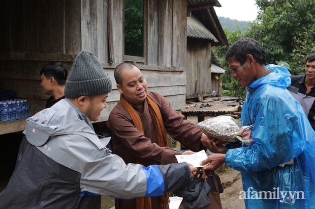 Đoàn cứu trợ đầu tiên băng sạt lở tiếp cận bà con Vân Kiều ở Quảng Nam: Ấm tình người nơi biên ải - Ảnh 6.