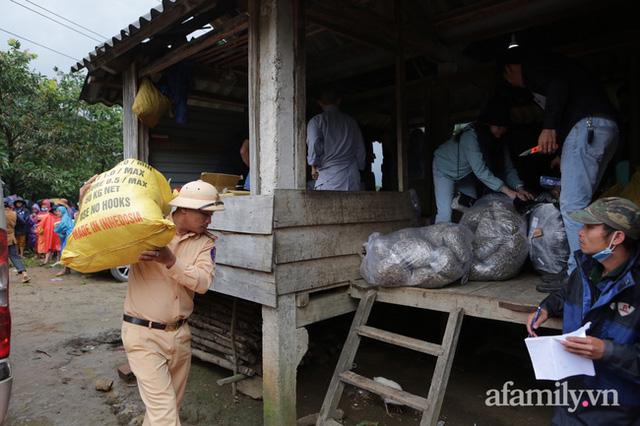 Đoàn cứu trợ đầu tiên băng sạt lở tiếp cận bà con Vân Kiều ở Quảng Nam: Ấm tình người nơi biên ải - Ảnh 7.