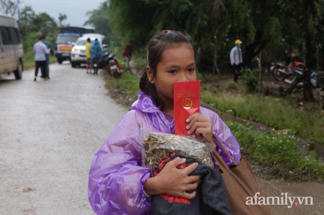Đoàn cứu trợ đầu tiên băng sạt lở tiếp cận bà con Vân Kiều ở Quảng Nam: Ấm tình người nơi biên ải - Ảnh 9.