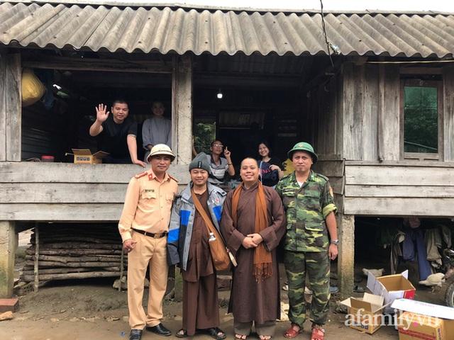 Đoàn cứu trợ đầu tiên băng sạt lở tiếp cận bà con Vân Kiều ở Quảng Nam: Ấm tình người nơi biên ải - Ảnh 10.