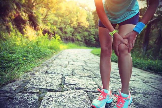 Đi bộ có tác dụng giảm nguy cơ tăng huyết áp, giúp giảm cân nhưng nếu mắc phải những sai lầm này thì mọi thứ thành công cốc - Ảnh 1.