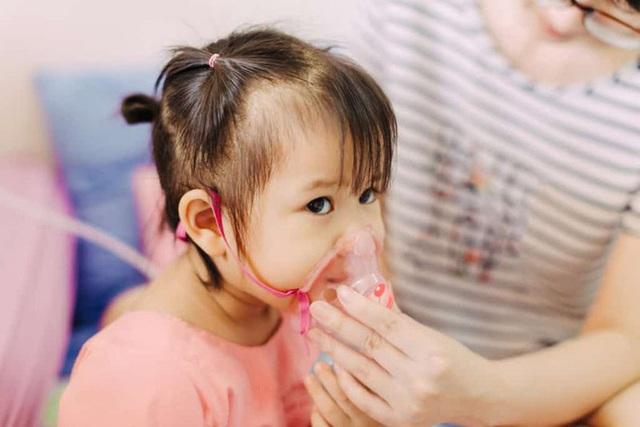 Bệnh viêm đường hô hấp vào mùa, BS lưu ý: Nếu trẻ có dấu hiệu này, phải đưa ngay vào viện - Ảnh 1.
