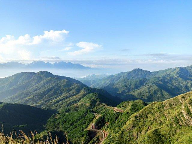 Cách Hà Nội chỉ 270 km, có một chốn núi rừng mang tên Bình Liêu dành cho người bận rộn: Cũng có ruộng bậc thang và đồng cỏ lau đẹp chẳng kém Hà Giang - Ảnh 1.