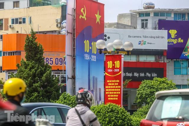 Phố phường rợp cờ hoa chào mừng 1010 năm Thăng Long - Hà Nội - Ảnh 2.