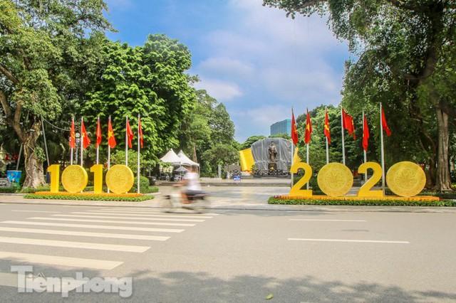 Phố phường rợp cờ hoa chào mừng 1010 năm Thăng Long - Hà Nội - Ảnh 11.