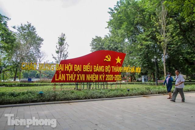 Phố phường rợp cờ hoa chào mừng 1010 năm Thăng Long - Hà Nội - Ảnh 12.