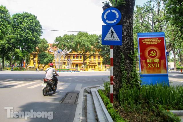 Phố phường rợp cờ hoa chào mừng 1010 năm Thăng Long - Hà Nội - Ảnh 4.