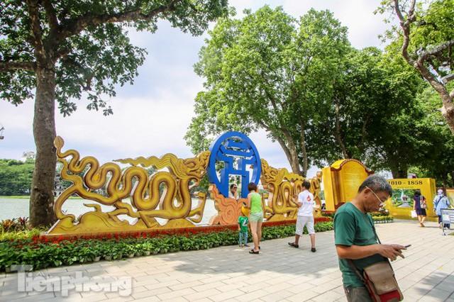 Phố phường rợp cờ hoa chào mừng 1010 năm Thăng Long - Hà Nội - Ảnh 10.