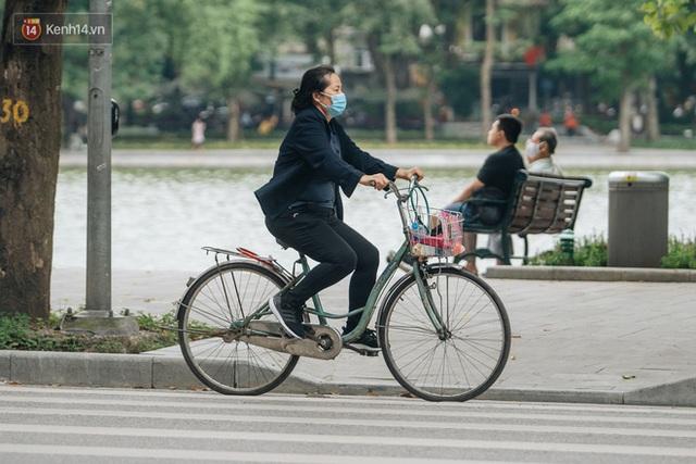 Chùm ảnh: Tiết trời se lạnh, người Hà Nội khoác thêm áo ấm, hưởng trọn không khí mát lành của mùa Thu - Ảnh 13.