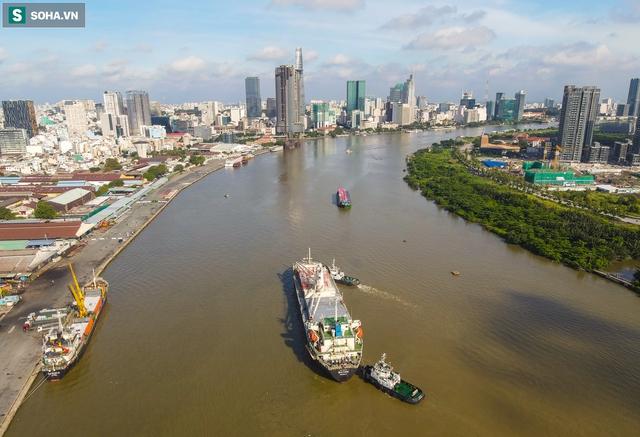 Cận cảnh tàu biển 120 mét chở 3 toa tàu metro số 1 đầu tiên cập cảng ở TP.HCM - Ảnh 1.