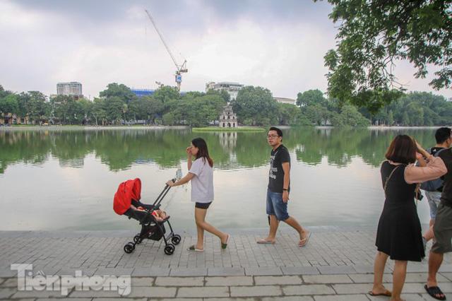 Diện mạo hồ Hoàn Kiếm sau 5 tháng chỉnh trang - Ảnh 1.