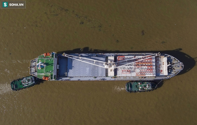 Cận cảnh tàu biển 120 mét chở 3 toa tàu metro số 1 đầu tiên cập cảng ở TP.HCM - Ảnh 4.