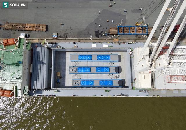 Cận cảnh tàu biển 120 mét chở 3 toa tàu metro số 1 đầu tiên cập cảng ở TP.HCM - Ảnh 8.