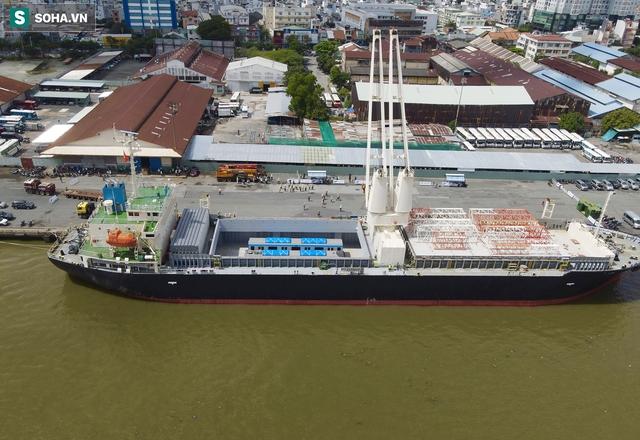 Cận cảnh tàu biển 120 mét chở 3 toa tàu metro số 1 đầu tiên cập cảng ở TP.HCM - Ảnh 9.