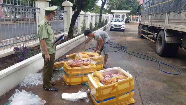 Bắt giữ 300kg thịt heo thối chuẩn bị lên bàn nhậu - Ảnh 1.