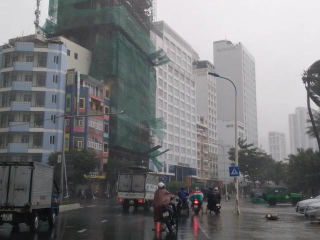 Bão đổ bộ vào Khánh Hòa, TP Nha Trang mưa to, gió lớn, nhiều nơi mất điện - Ảnh 1.