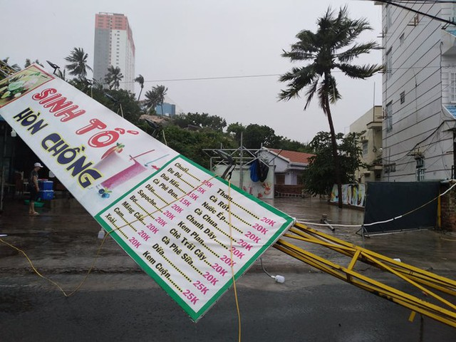 Bão đổ bộ vào Khánh Hòa, TP Nha Trang mưa to, gió lớn, nhiều nơi mất điện - Ảnh 2.