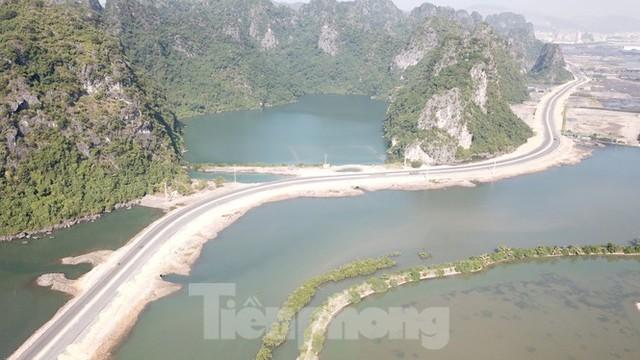 Trên công trường thi công đường bao biển hơn 2.000 tỷ nối TP Hạ Long - Cẩm Phả - Ảnh 1.
