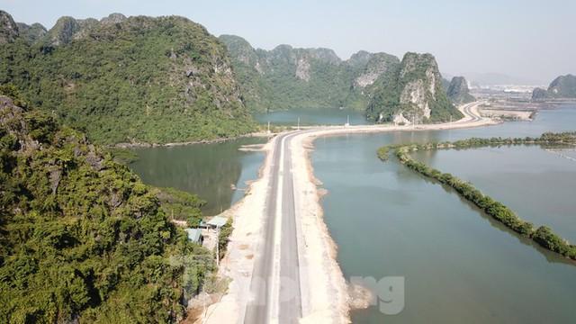 Trên công trường thi công đường bao biển hơn 2.000 tỷ nối TP Hạ Long - Cẩm Phả - Ảnh 2.