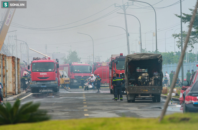 [Ảnh] Cột khói đen mù mịt, cao trăm mét bao trùm KCN Hiệp Phước, người dân chạy xe máy ra xem - Ảnh 2.