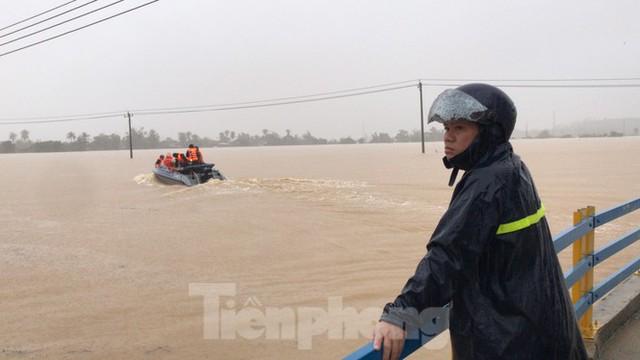 Nhiều nơi ở Khánh Hoà ngập lụt sau bão số 12 - Ảnh 1.