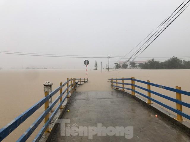 Nhiều nơi ở Khánh Hoà ngập lụt sau bão số 12 - Ảnh 2.