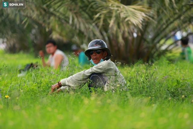 [Ảnh] Cột khói đen mù mịt, cao trăm mét bao trùm KCN Hiệp Phước, người dân chạy xe máy ra xem - Ảnh 13.