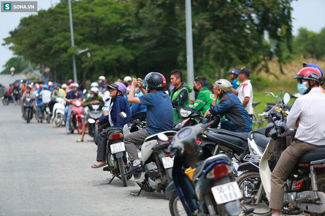[Ảnh] Cột khói đen mù mịt, cao trăm mét bao trùm KCN Hiệp Phước, người dân chạy xe máy ra xem - Ảnh 14.