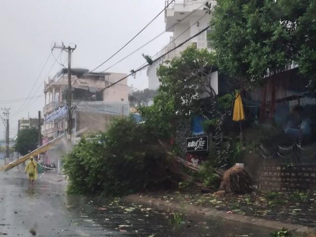 Bão đổ bộ vào Khánh Hòa, TP Nha Trang mưa to, gió lớn, nhiều nơi mất điện - Ảnh 3.