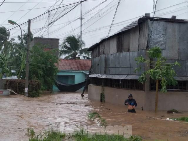 Nhiều nơi ở Khánh Hoà ngập lụt sau bão số 12 - Ảnh 3.