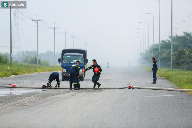 [Ảnh] Cột khói đen mù mịt, cao trăm mét bao trùm KCN Hiệp Phước, người dân chạy xe máy ra xem - Ảnh 4.