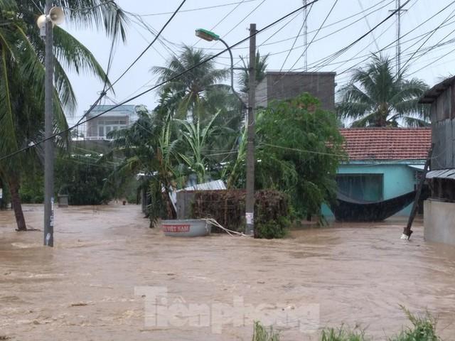 Nhiều nơi ở Khánh Hoà ngập lụt sau bão số 12 - Ảnh 4.