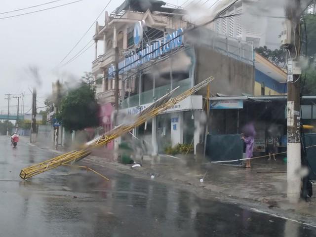 Bão đổ bộ vào Khánh Hòa, TP Nha Trang mưa to, gió lớn, nhiều nơi mất điện - Ảnh 7.