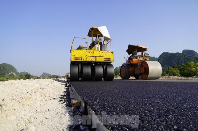 Trên công trường thi công đường bao biển hơn 2.000 tỷ nối TP Hạ Long - Cẩm Phả - Ảnh 7.