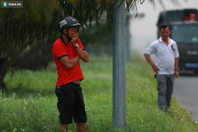 [Ảnh] Cột khói đen mù mịt, cao trăm mét bao trùm KCN Hiệp Phước, người dân chạy xe máy ra xem - Ảnh 8.