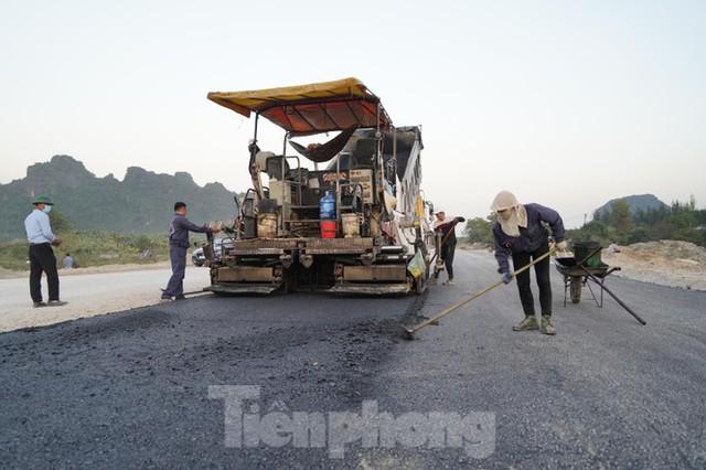 Trên công trường thi công đường bao biển hơn 2.000 tỷ nối TP Hạ Long - Cẩm Phả - Ảnh 9.