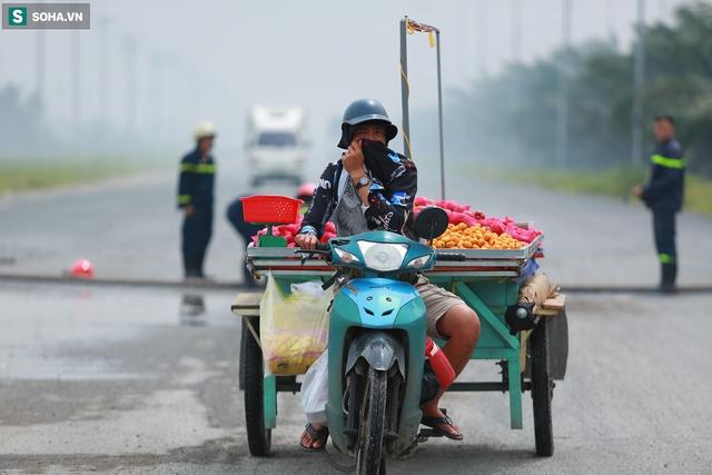 [Ảnh] Cột khói đen mù mịt, cao trăm mét bao trùm KCN Hiệp Phước, người dân chạy xe máy ra xem - Ảnh 9.