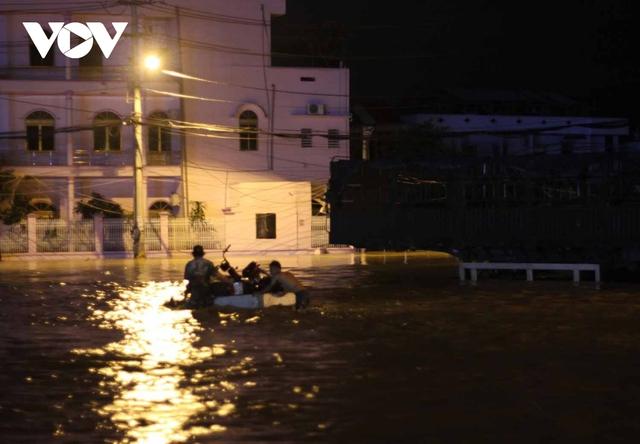 Bình Định: Nước lũ đổ về gây ngập cửa ngõ vào thành phố Quy Nhơn  - Ảnh 3.