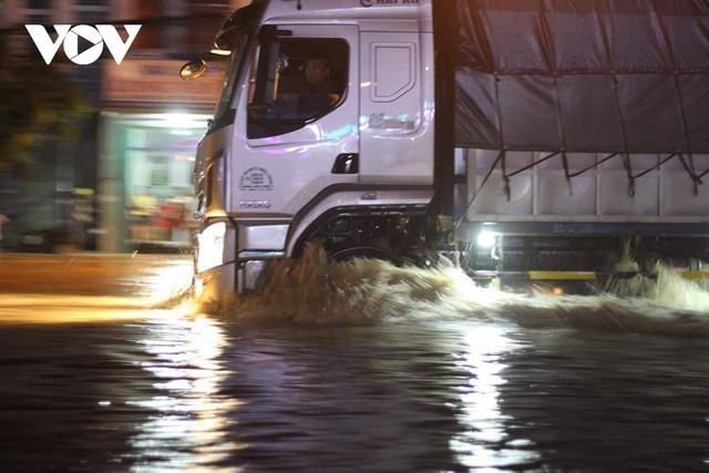 Bình Định: Nước lũ đổ về gây ngập cửa ngõ vào thành phố Quy Nhơn  - Ảnh 4.