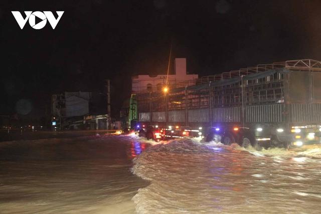 Bình Định: Nước lũ đổ về gây ngập cửa ngõ vào thành phố Quy Nhơn  - Ảnh 1.