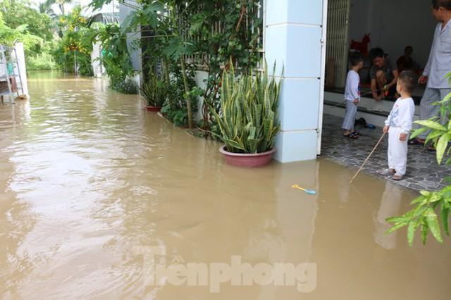 Bão tan nhưng dân phố biển Nha Trang vẫn bì bõm nơi nước ngập - Ảnh 2.