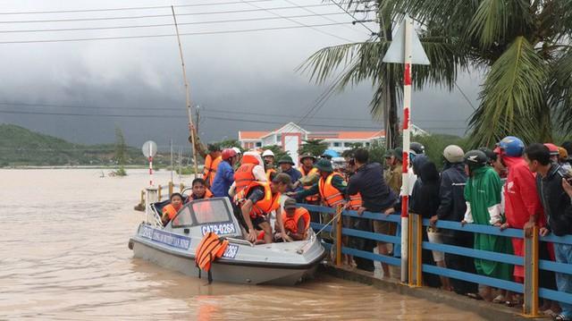 Giám đốc Sở NN-PTNT Khánh Hòa: Đi chống bão mà giống đi du lịch, nhìn phản cảm!  - Ảnh 2.