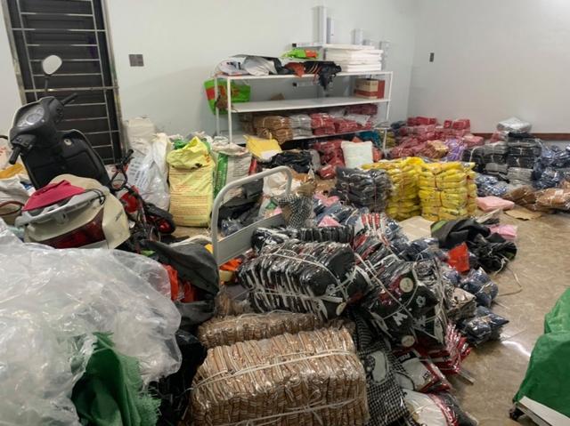 Xử phạt hơn 300 triệu đồng đối với kho hàng thời trang nhập lậu cực lớn tại Quảng Ninh - Ảnh 1.