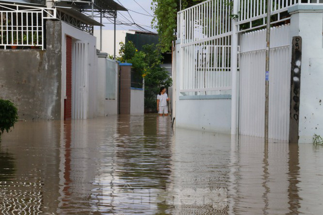 Bão tan nhưng dân phố biển Nha Trang vẫn bì bõm nơi nước ngập - Ảnh 3.