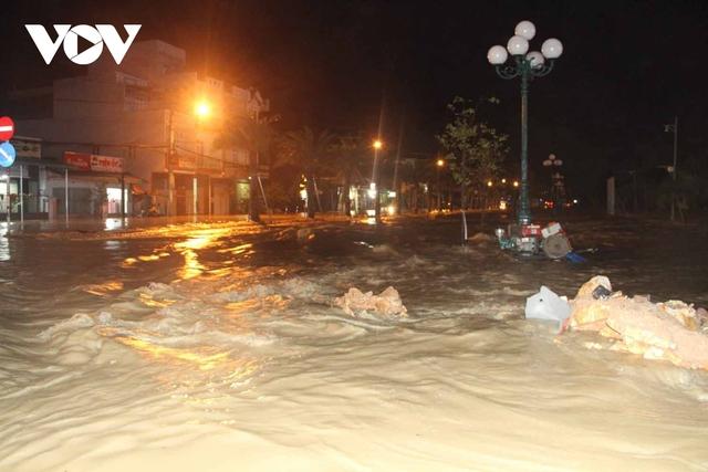 Bình Định: Nước lũ đổ về gây ngập cửa ngõ vào thành phố Quy Nhơn  - Ảnh 6.